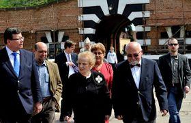 Madeleine Albright visitó e el antiguo campo de concentración de Terezín, foto: ČTK