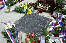 Мемориальная доска Яна Палаха во внутреннем дворе здания Каролинума, фото: ЧТК / Катержина Шулова