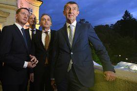 Heiko Maas (Mitte) und Andrej Babiš (rechts) auf dem Balkon der Botschaft in Prag. Foto: ČTK / Ondřej Deml