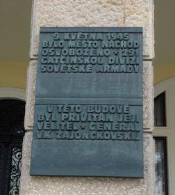 Мемориальная доска в г. Наход, посвященная генералу В. К. Зайончковскому, деду Ольги Яценко, фото: Архив Ольги Яценко