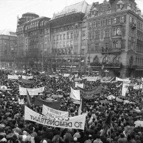 Демонстранты перед зданием Мелантриха, фото: Душан Боушка
