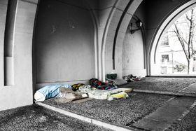 Unter der Brücke schlafen - spát pod mostem (Foto: José Manuel de Laá, Pixabay / CC0)