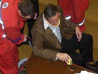 Zdravotníci pomáhají ve sněmovně ministru zahraničí Cyrilu Svobodovi, který se i přes zranění zúčastnil klíčového hlasování o DPH, foto: ČTK