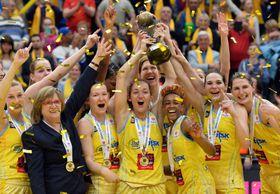 La española Laia Palau (alzando la copa) figura entre las mejores jugadoras del equipo checo. (Foto: ČTK)