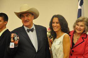 Karel Schwarzenberg ukazuje figurku Krtečka. Vedle něj vbílých šatech stojí Indira Feustelová, manželka astronauta Andrewa Feustela, foto: ČTK