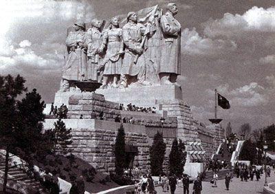2a47d4b2f93 Před 60 lety začala na Letné stavba Stalinova pomníku
