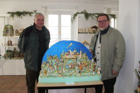 Vratislav Altman (links) und Johann Dendorfer mit böhmischer Papierkrippe (Foto: Natalie Meyer)