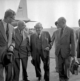 Max Brod (Mitte) auf dem Prager Flughafen, 18.6.1964 (Foto: ČTK)