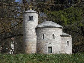 Rotunda sv. Jiří na hoře Říp vparku miniatur, foto: Aisano, Wikimedia Commons, CC BY-SA 4.0