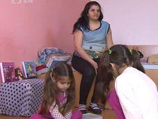 Alena Hušová mit ihren Töchtern (Foto: ČT24)
