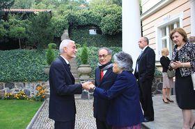 El Embajador despidiendo a sus invitados, foto: Noelia Rojo