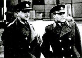 Poslední fotografie na svobodě, se synem Milanem (vlevo) ve vojenské nemocnici ve Střešovicích, duben 1948