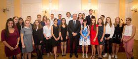 24 junge Debattantinnen und Debattanten mit dem slowakischen Staatspräsidenten Andrej Kiska (Foto: Archiv des Wettbewerbes Jugend debattiert)