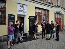 Курильщики перед баром, Фото: ЧТК