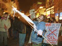 Anarchisté protestují před Obecním domem, foto: ČTK