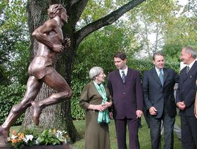 A statue of Emil Zatopek, standing (from left to right): Dana Zatopkova, Jan Zelezny, Jacques Rogge, Milan Jirasek, photo: CTK