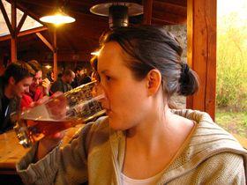 Žena pijící pivo, foto: Archivo de Kristýna Maková