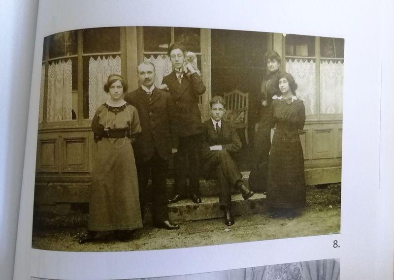 Colette Jéramec (à droite) avec sa famille et Pierre Drieu la Rochelle (au centre), photo: repro, Ladislava Chateau, 'Colette má drahá, vy víte, co máte udělat...' / Sumbalon