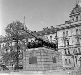 Танк-памятник на пл. Советских танкистов (сегодня – пл. Кинских) в Праге, 1961 г., фото: FORTEPAN / Gyöngyi, CC BY-SA 3.0