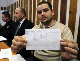 Un policier montre son bulletin de paie, photo: CTK