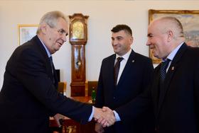 президент Чехии Милош Земан, Мыхайло Тяско (в центре) и Васил Джуган (справа), фото: Jiří Ovčáček/Twitter