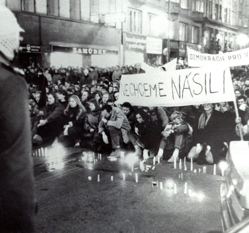 El 17 de noviembre de 1989 en la Avenida Nacional, Praga, foto: Paměť národa