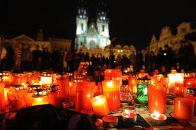 Los habitantes de Praga colocan velas encendidas y flores para rendir homenaje a los deportistas fallecidos, foto: ČTK