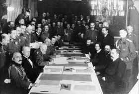 Friedensverhandlungen zwischen den Mittelmächten und Sowjetrussland (Bundesarchiv / Bild 183-R92623 / CC-BY-SA 3.0)