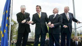 De izquierda: Vladimír Spidla, Gerhard Schroeder, Leszek Miller y Günter Verheugen (Foto: CTK)