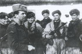Kapitán Otmar Záhora (vlevo) se samopalníky 1. čs. brigády, foto: VHÚ