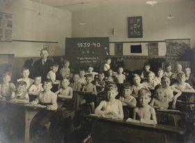 Rudolf Schicht und seine Schulklasse in Aussig (Reprofoto: Romy Ebert, Archiv von Rudolf Schicht)