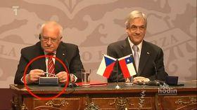 Las cámaras mostraron como el presidente Klaus se guardaba la pluma protocolar
