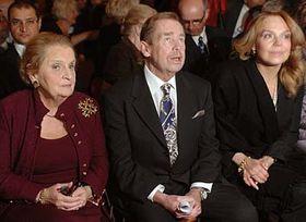 De izq.: Madeleine Albright, Václav Havel, Dagmar Havlova (Foto: CTK)