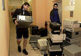 Moving technical equipment from the station's Hradec Kralove studios, photo: CTK