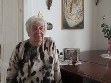 Helga Weissová-Hošková and her painting, photo: David Vaughan