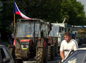 Miles de agricultores checos demostraron sus preocupaciones de la posible discriminación en la Unión Europea, foto: CTK