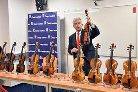 Скрипач Ярослав Свецены показывает драгоценный экспонат, Фото: Филип Яндоурек, Чешское радио