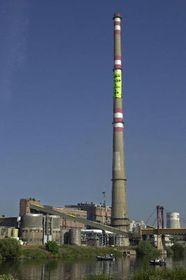 Активисты Гринпис на трубе химического завода Сполана (Фото: ЧТК)