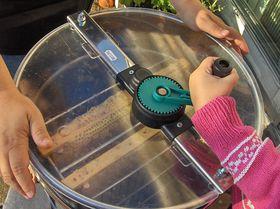 Honey extractor, photo: Attribution ShareAlike 3.0