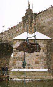 Со дна Влтавы подняли ценную статую (Фото: ЧТК)