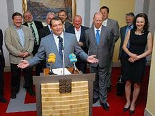 Premiér Paroubek (v popředí) a členové jeho kabinetu, foto: ČTK