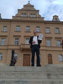 David devant la mairie le jour de sa naturalisation, photo DR
