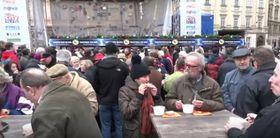 Sopa de pescado en la plaza de la Ciudad Vieja, foto: Canal YouTube de Pravá Praha