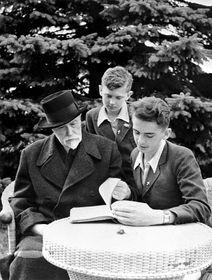 Tomáš Garrigue Masaryk se svými vnuky Herbertem aLeonardem vLánech vzahradě, foto: ČTK