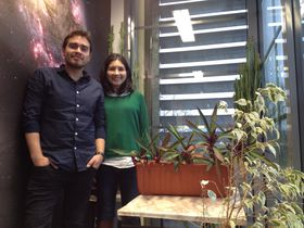 Mauricio Cabezas y su colega argentina Anabella Araudo, junto a la imagen de una galaxia, foto: Ana Briceño