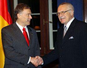 El presidente checo, Václav Klaus (por la derecha) y el presidente alemán Horst Köhler (Foto: CTK)