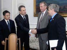 Mirek Topolanek und Vlastimil Tlusty mit Vertretern der Nomura Investment Group (Foto: CTK)