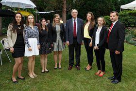 El embajador de Espaňa, Pedro Calvo-Sotelo, en el centro, junto a las ganadoras, foto: Embajada de España