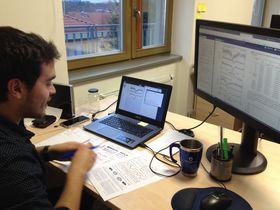 Mauricio Cabezas en su despacho, analizando espectros, foto: Ana Briceño