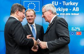 De izquierda: Ahmet Davutoglu, el primer ministro de Turquía, Donald Tusk y Jean-Claude Juncker, foto: ČTK
